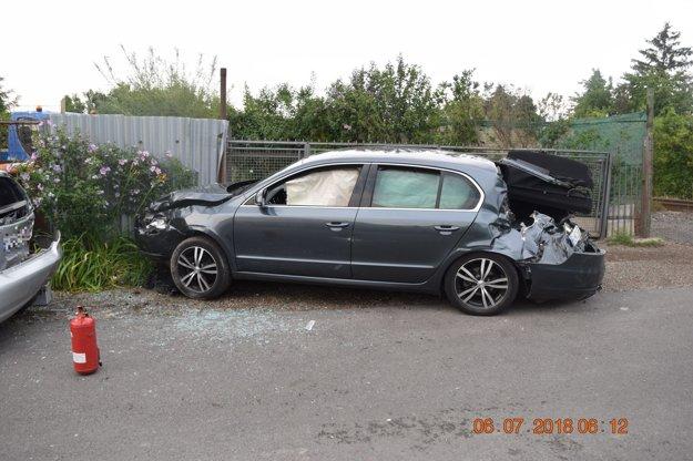 Poškodené autá po zrážke s vlakom vo Vrakuni