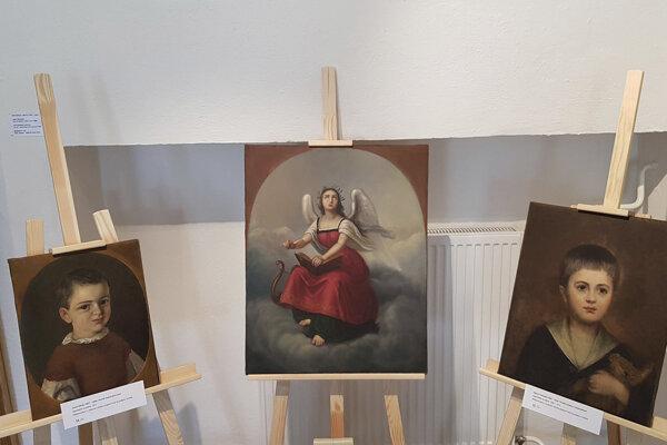 Tri zreštaurované olejomaľby maliara Júliusa Sándyho.