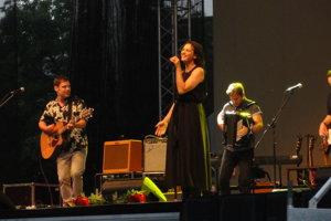 Jana Kirschner práve teraz spieva na námestí. Jej koncert je bodkou za mestskými slávnosťami.