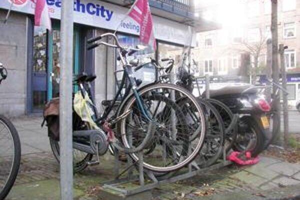 Bicykel v Amsterdame nájdete na každom kroku.