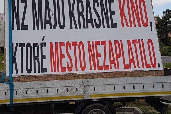 """""""Reklama"""" spoločnosti AVA-stav, ktorú možno stretnúť v uliciach Nových Zámkov."""