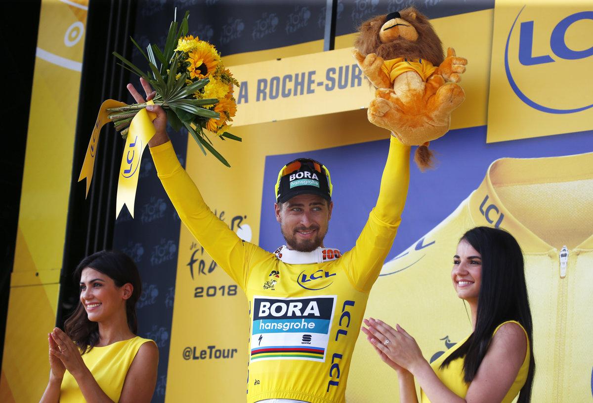 b819dddd695f1 Peter Sagan sa po druhej etape Tour de France 2018 obliekol do žltého dresu  vedúceho pretekára