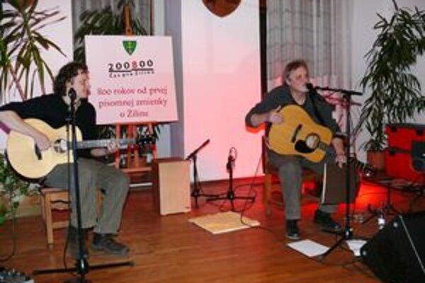 Igor Cvacho (vľavo) a Marián Geišberg na žilinskej starej radnici.