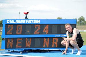 Slovenský reprezentant Ján Volko (v strede) po skončení finále v disciplíne beh mužov na 200 metrov.