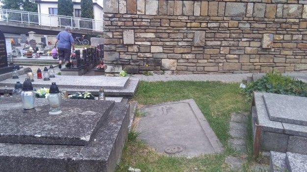 Náhrobok je dnes položený v zemi medzi hrobmi.