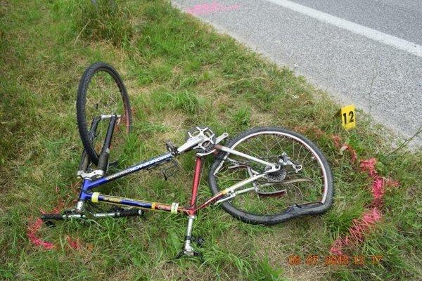 Cyklista zraneniam podľahol, cyklistku previezli do nemocnice vo vážnom stave.