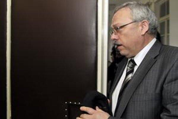 Daniel Tupý starší prichádza do pojednávacej siene Okresného súdu Bratislava I. Proces v prípade vraždy jeho syna sa začal 26. januára. Z útoku na skupinu študentov je obžalovaných celkom 5 ľudí.