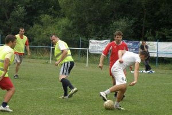 Druhí Pohoďáci (v červenom) v zápase proti Prosnému.
