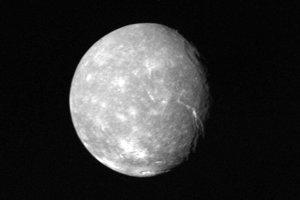 Titania, najväčší z piatich hlavných mesiacov, má priemer približne 1600 kilometrov.