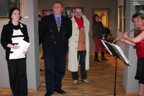 Emil Semanco (druhý zľava) sa snaží zachovať čistotu papierovej koláže.