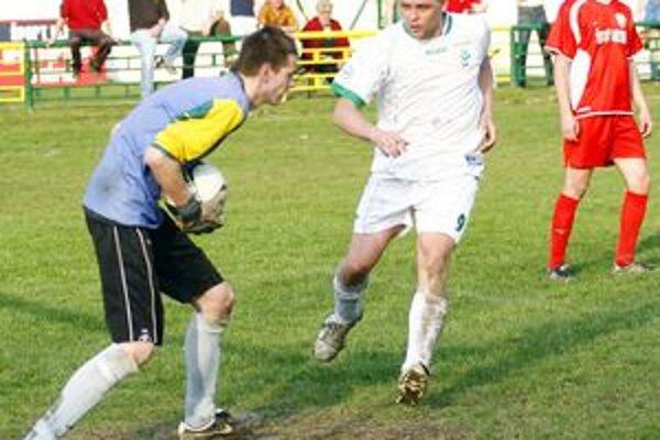 V susedskom derby sa z výhry tešili hráči Bitarovej (v bielom).