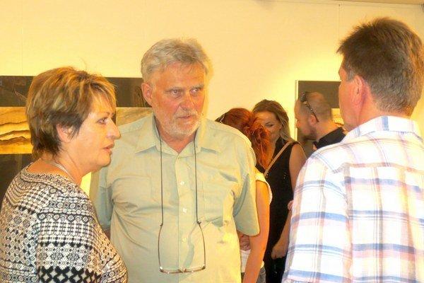 Pred vernisážou sa majster Švábik porozprával s návštevníkmi výstavy.