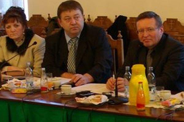 Ján Púček (v strede) na zastupiteľstve. Ak sa mu dokážu vinu a odsúdia ho, príde o mandát.