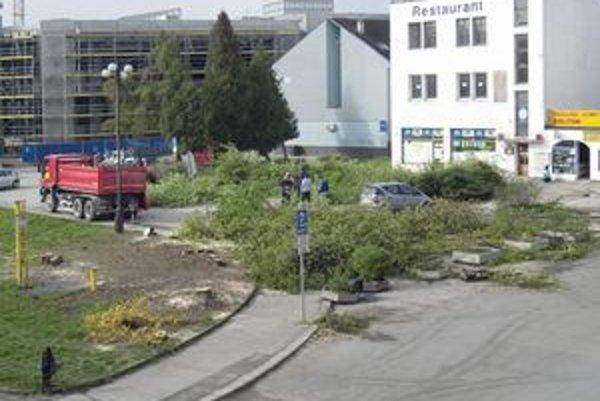 V sobotu v centre Žiliny na Ulici Na bráne vyrúbali stromy. Postavia tu polyfunkčný dom.