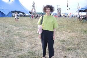 Alžbeta Irhnová nosí aj oblečenie z vlastnej dielne. Na ramene má kabelku vyrobenú z plyšovej hračky, oblečenú má upcyklovanú košeľu.