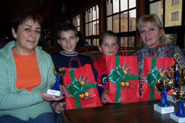 Účastníci Vianočného turnaja v bowlingu. Zľava: Ľudmila Minarčíková, Tomáš Kurta, Lukáš Milučký, Jana Milučká.