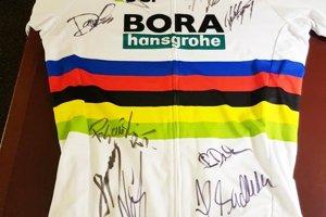 Jeden z najcennejších suvenírov, dres Petra Sagana s podpismi všetkých jeho kolegov zo stajni Bory.