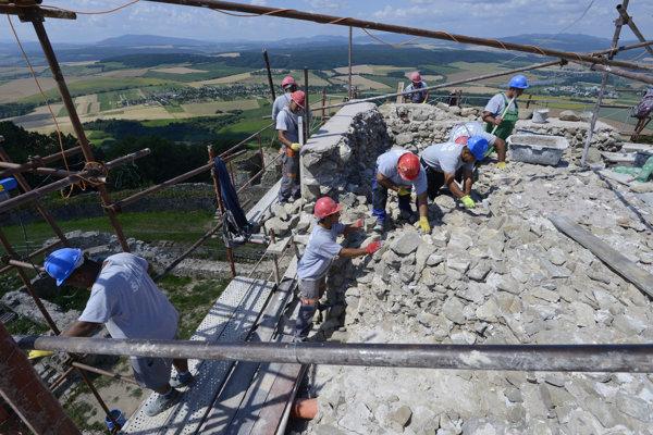 Práce na vrchole hradnej veže.