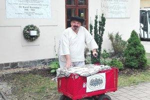 Spoznáte ho podľa kroju a vozíka s knihami. Jano Cíger putuje ako kedysi Matej Hrebenda.