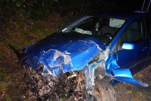 Ford Focus po nehode, jeho vodič utrpel zranenia.