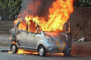 Tata Nano v plameňoch.