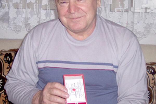 Vladimír Kondrk z Považského Chlmca daroval vo svojom živote takmer 45 litrov najvzácnejšej tekutiny, svojej krvi. V dobrom zdraví by sa chcel dožiť svojho stého odberu.