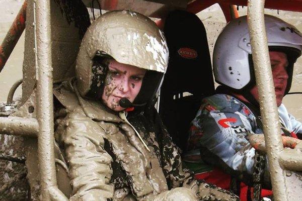 Aj posádka z Kysúc sa občas musí vysporiadať s pádmi do blata.