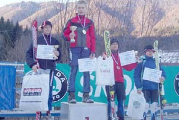 Matej Gargulák na najvyššom stupni po získaní majstrovského titulu v obrovskom slalome, Michal Ivan (vpravo) skončil v tejto disciplíne na treťom mieste.