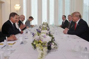 Donald Trump počas raňajok s fínskyym prezidentom Saulim Niinistom.