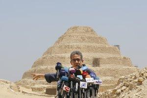 Egyptský minister pre pamiatky Chalíd al-Kanáni pred Stupňovitou pyramídou v Sakkáre.