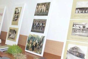 Výstava starých fotiek, obrazov, nástrojov a vyšívaných závesov.