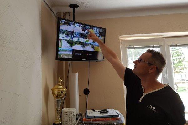 Patrik Antal pri monitore kamerového systému v Rakove.