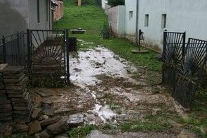 Voda zaplavuje blatom aj studne v domoch