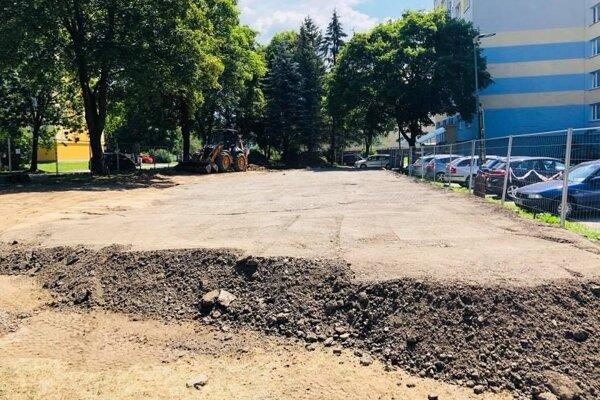 Parkovanie, či zeleň? Budovanie parkovacích miest obyvateľov rozdelilo.