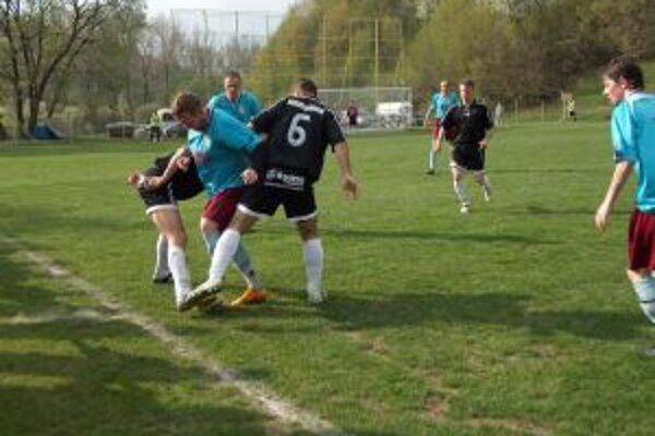 Hráči H. Poruby (v modrom) konečne potešili fanúšikov výhrou.
