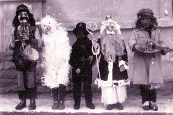 Od zverejnenia fotografie fašiangovníkov v roku 1972 v miestnych novinách sa našiel iba jeden človek, ktorý odhalil všetky masky.