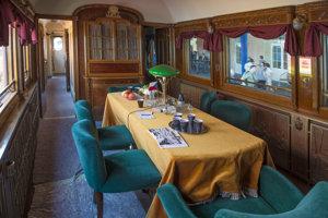 Vyzdobený interiér vlaku venovanom Masarykovi.