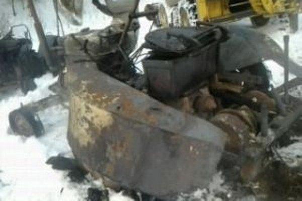 Jeden z dvoch zhorených traktorov v Zákamennom.