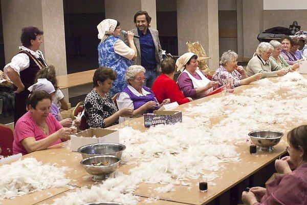 Z peria chcú ženy ušiť vankúše a pomocou charity poslať na Ukrajinu.