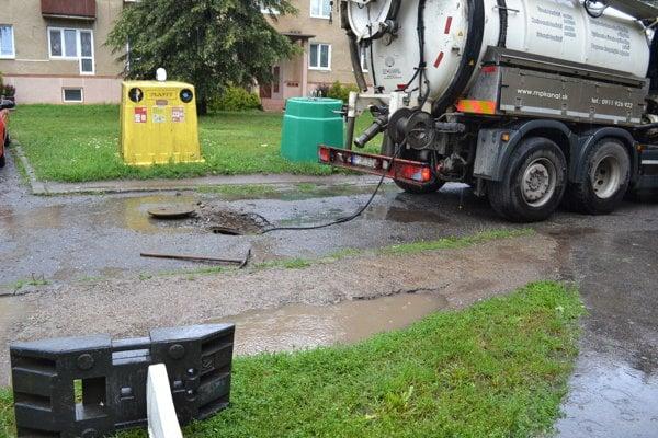 Zapchatý kanál spôsobil obyvateľom bytovky na Dobrianskeho 55 problémy.