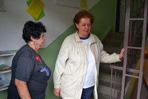 Obyvateľky bytovky Zlatica Forgáčová (vpravo) a Albína Haľovská  sú z neriešiteľnej situácie zúfalé.