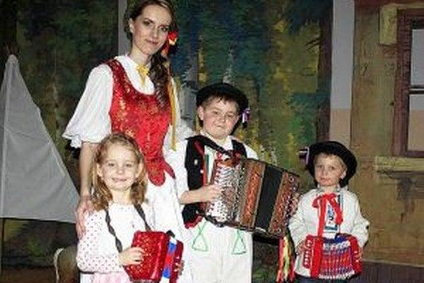 Vlasta Mudríková zo Skalitého s najmladšími účastníkmi súťaže.