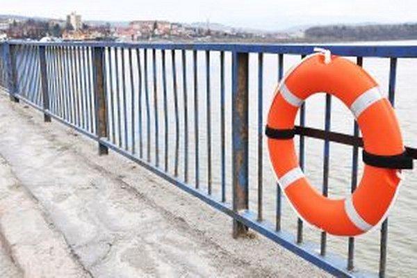 Netradičná ozdoba mosta cez Oravskú priehradu.