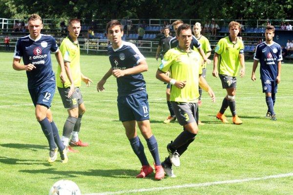 V úvodnom zápase (2x25 min) sa z výhry 3:0 tešili hráči Slovácka (v modrom).