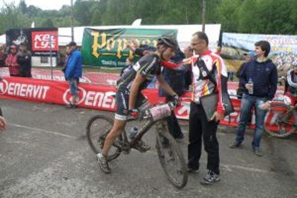 Riaditeľ pretekov Štefan Žilovec gratuluje najlepšiemu pretekárovi na 64 km Martinovi Haringovi.