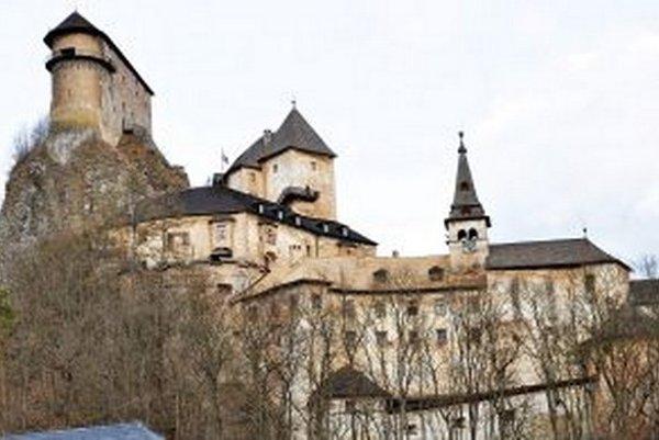 Podkrovie Turzovho paláca sa nachádza vľavo od veže shodinami.