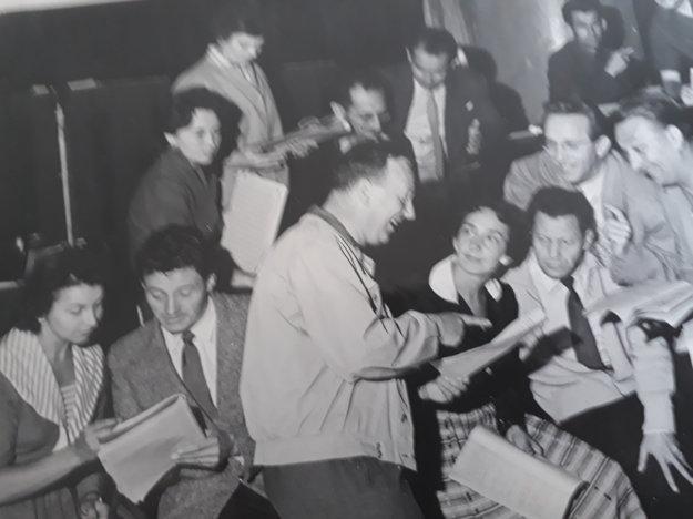 Skúška v kabarete Tatra Revue. V popredí Ján L. Kalina.