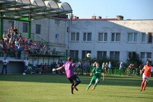 Pred dvoma rokmi hostili v pohári Ladce (v zelenom) doma Trenčianske Stankovce.