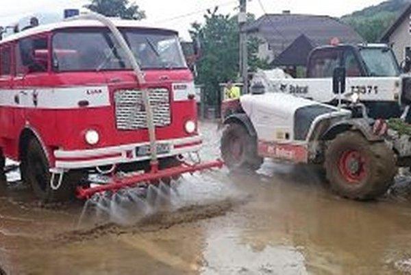 Čistenie ciest pomocou hasičskej cisterny.