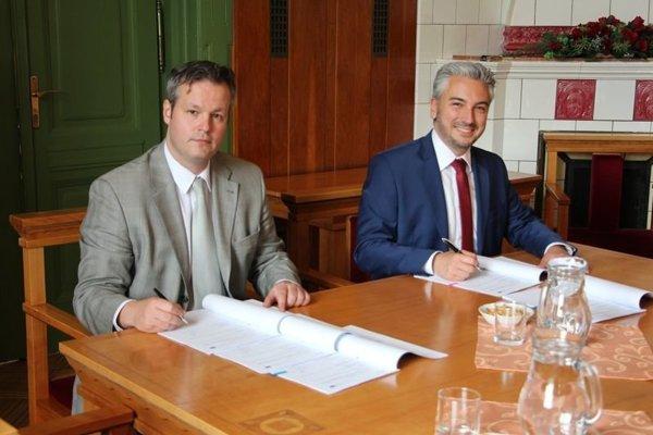 Dohodu podpísali predseda KSK Rastislav Trnka a riaditeľ Spoločného technického sekretariátu programu so sídlom v Budapešti Áron Szakács.